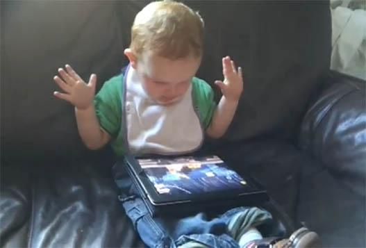 Позитивный Малыш Играет В Angry Birds