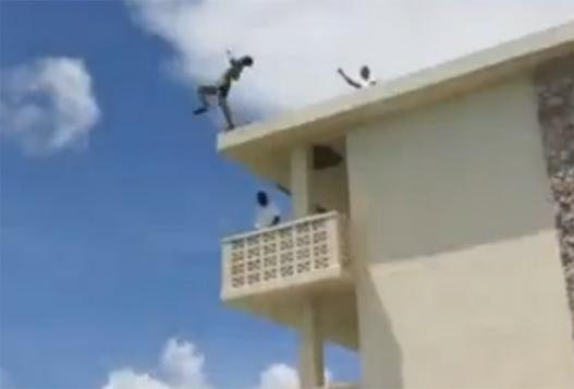 Безумный Прыжок С Крыши Отеля