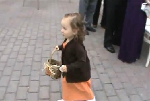Забавная Девчушка На Свадьбе
