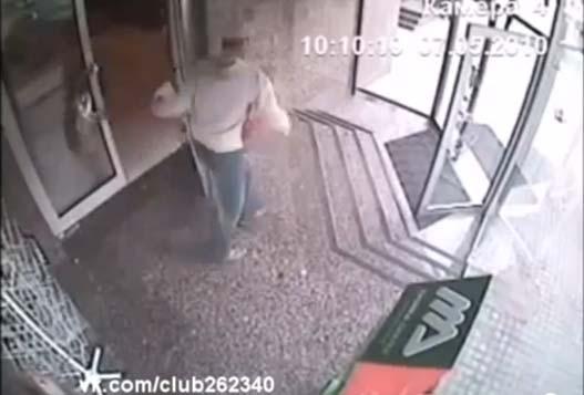 Человек Проходит Сквозь Стекло