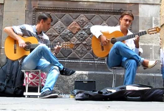 Гитара-фламенко. Уличные музыканты Барселоны